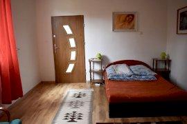Lenti szoba, külön wc, fürdő, bejárat