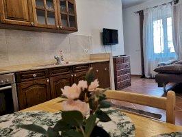 4 fős földszinti apartman konyhával, franciaággyal és kihúzható kanapéval, saját fürdőszobával