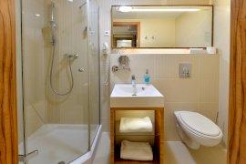 2. épületi Superior szoba zuhanykabinos fürdőszobája